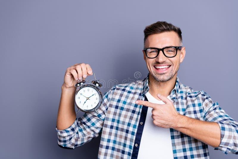 Feche acima a foto considerável ele ele sua mão de braço do indivíduo que indica o despertar fácil entusiasmado do alarme retro a foto de stock royalty free