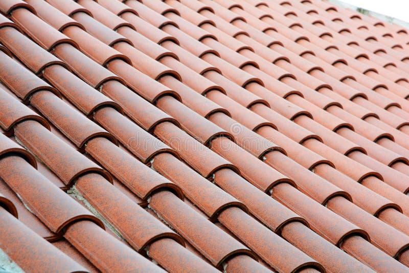 Feche acima na construção do telhado com azulejos imagem de stock