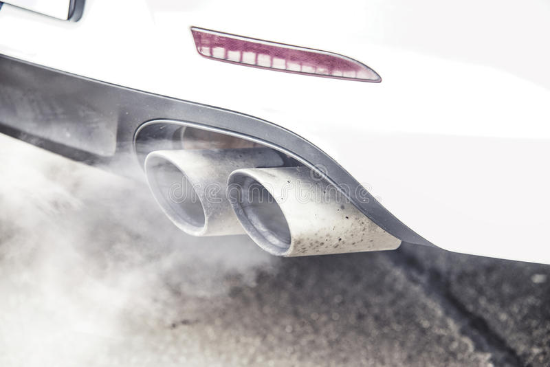Feche acima na emissão de fumo do carro da exaustão da tubulação fotos de stock royalty free