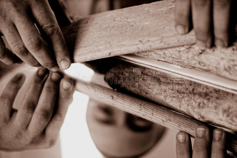 Feche acima na mão de um artesão foto de stock