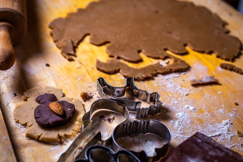 Feche acima na massa do pão-de-espécie e nos formulários, cortadores na tabela de madeira imagem de stock