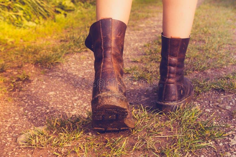 Feche acima nas botas enlameadas da mulher imagem de stock royalty free