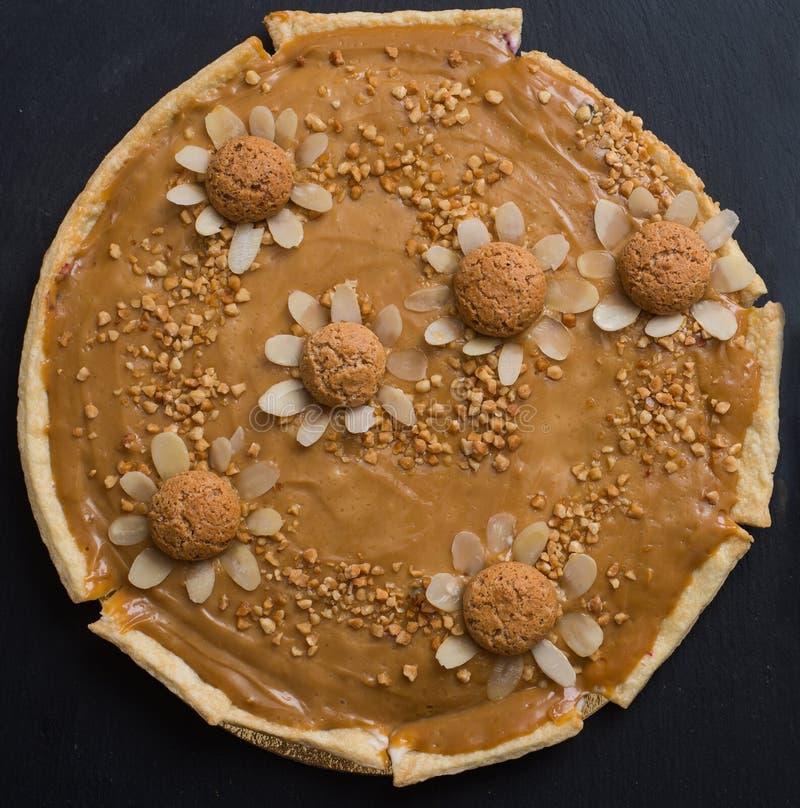 Feche acima no bolo da musse do caramelo fotografia de stock
