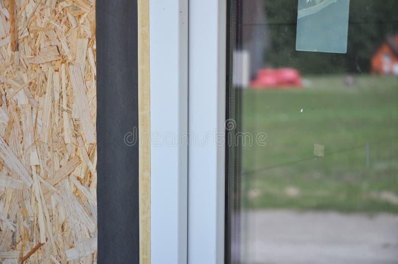 Feche acima no detalhe waterproofing do filme da instalação das janelas A instalação da janela e guia da substituição Impeça esca fotografia de stock royalty free
