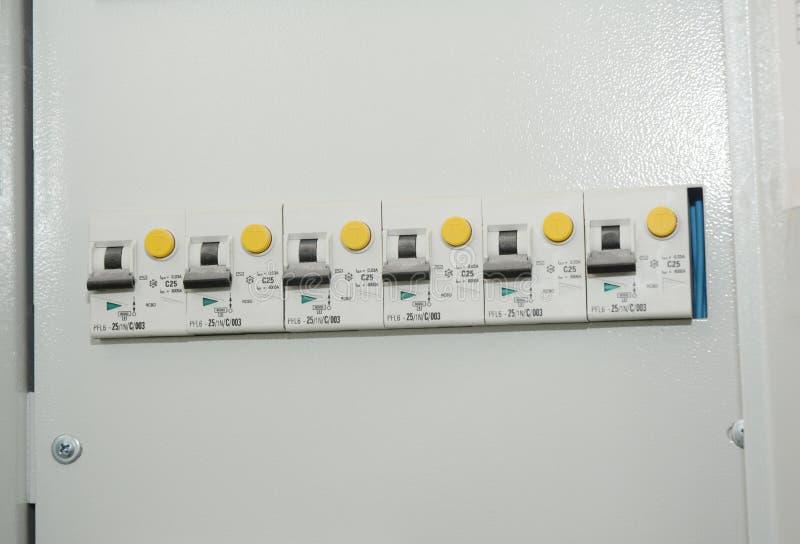 Feche acima no dois-polo, ou no dobro-polo, dispositivo residual-atual Um dispositivo residual-atual RCD imagens de stock