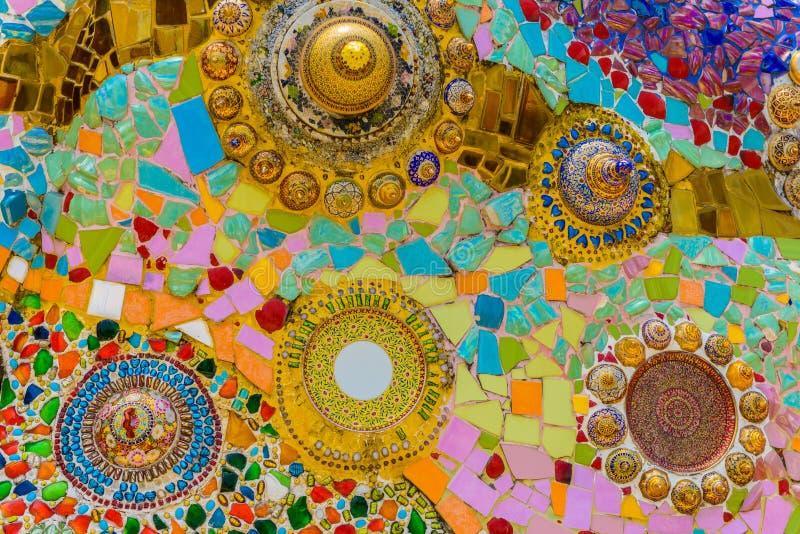 Feche acima o handwork em cerâmico colorido extravagante decorou a parede do pagode do buddhism fotografia de stock