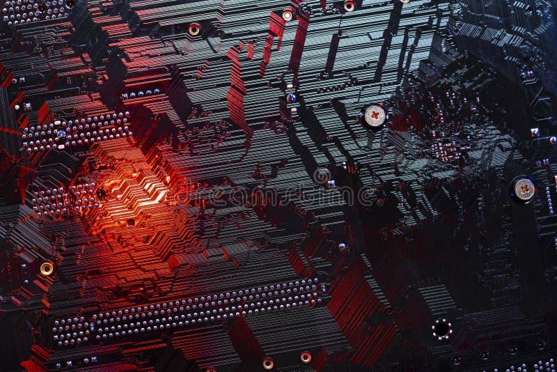 Feche acima o macro da microplaqueta eletrônica em cores vermelhas e pretas imagem de stock royalty free