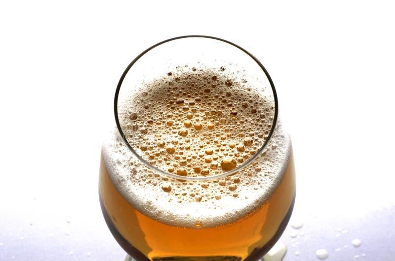Feche acima para bolhas da cerveja no vidro para o conceito dos dias da cerveja foto de stock royalty free