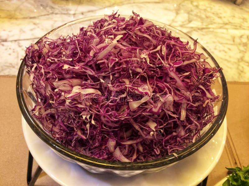 Feche acima próximo acima da salada do legume fresco, alimento da noite que janta no bufete resturant foto de stock