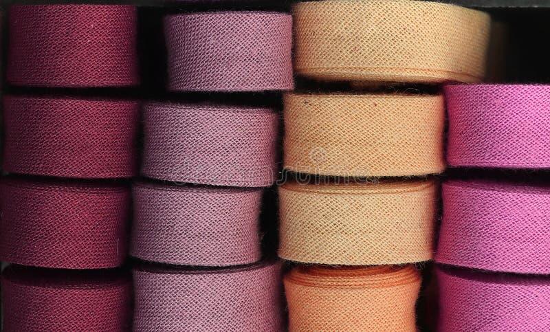 Feche acima a superfície de matérias têxteis e de telas bonitas e coloridas da forma fotos de stock royalty free