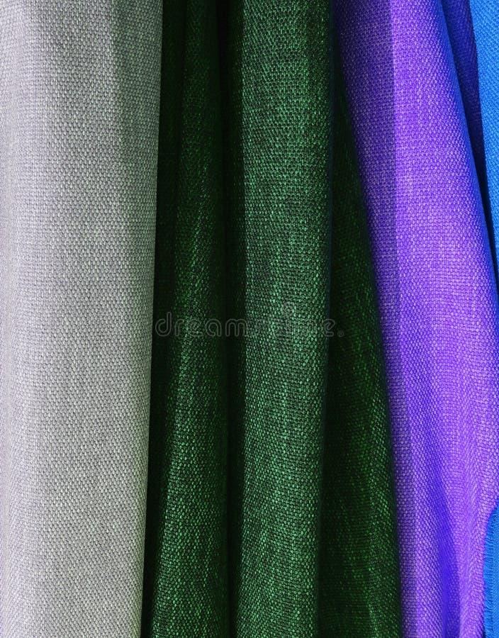 Feche acima a superfície de matérias têxteis e de telas bonitas e coloridas da forma foto de stock
