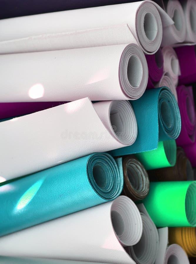 Feche acima a superfície de matérias têxteis e de telas bonitas e coloridas da forma imagens de stock