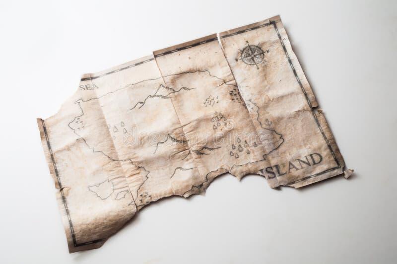 Feche até o mapa retro e do vintage com a ilha falsificada do tesouro dos piratas imagens de stock