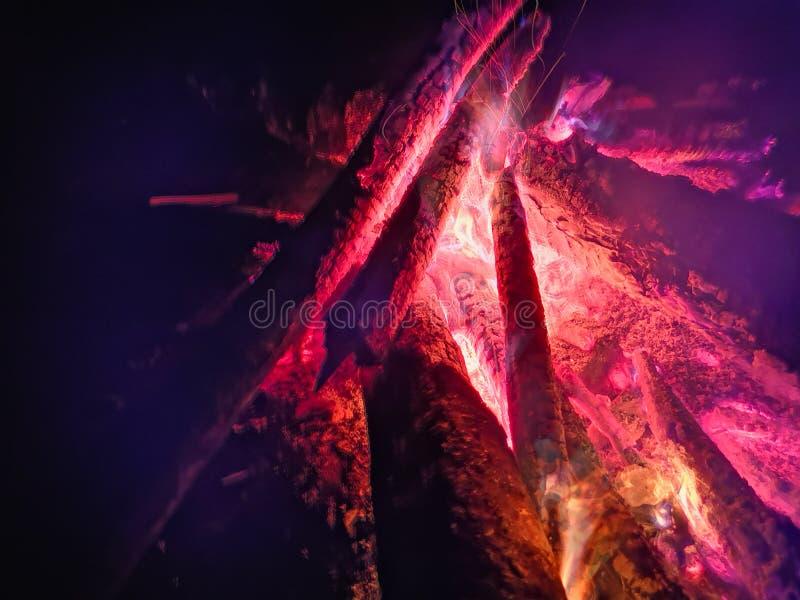 Feche a chama do fogo do fogo de marcha, movimento lento super de madeira ardente Fogueira brilhante com faíscas bonitas Flama al imagens de stock royalty free