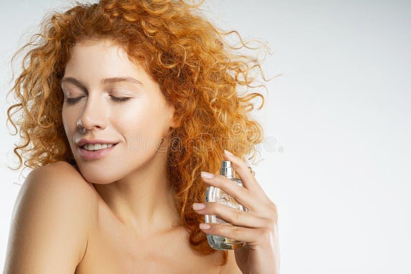 Feche a fêmea bonita que aprecia o aroma fotos de stock royalty free