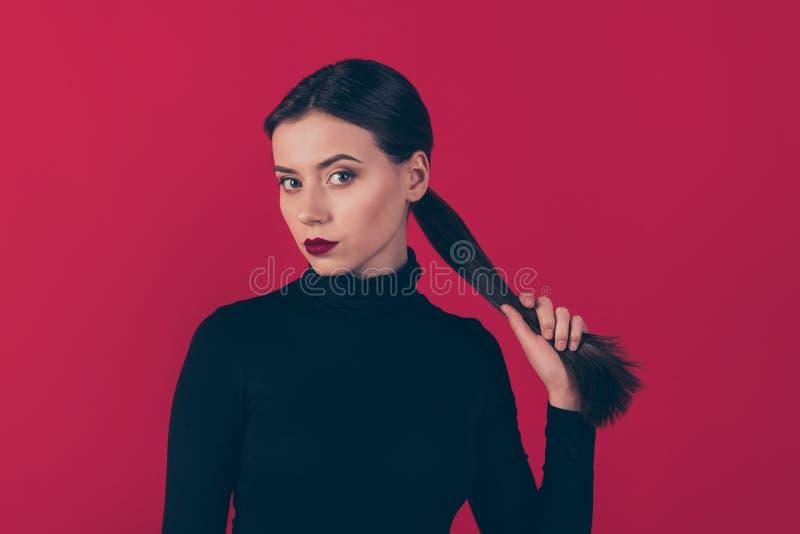 Feche a foto de uma linda mulher confiante segurando seu rabo-de-porco... quer que a data atrase um homem espantoso que usa preto imagens de stock