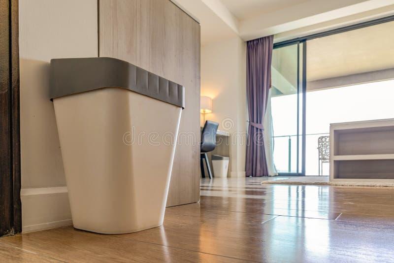 Feche a lata de plástico do lixo com cobertura cinza no quarto do resort com a luz da janela atrás imagens de stock royalty free