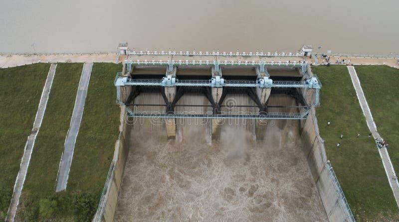 Feche o olho de aves aéreas dos portões de inundação do reservatório de água abertos para liberar água da barragem em raichur, Ín fotos de stock royalty free