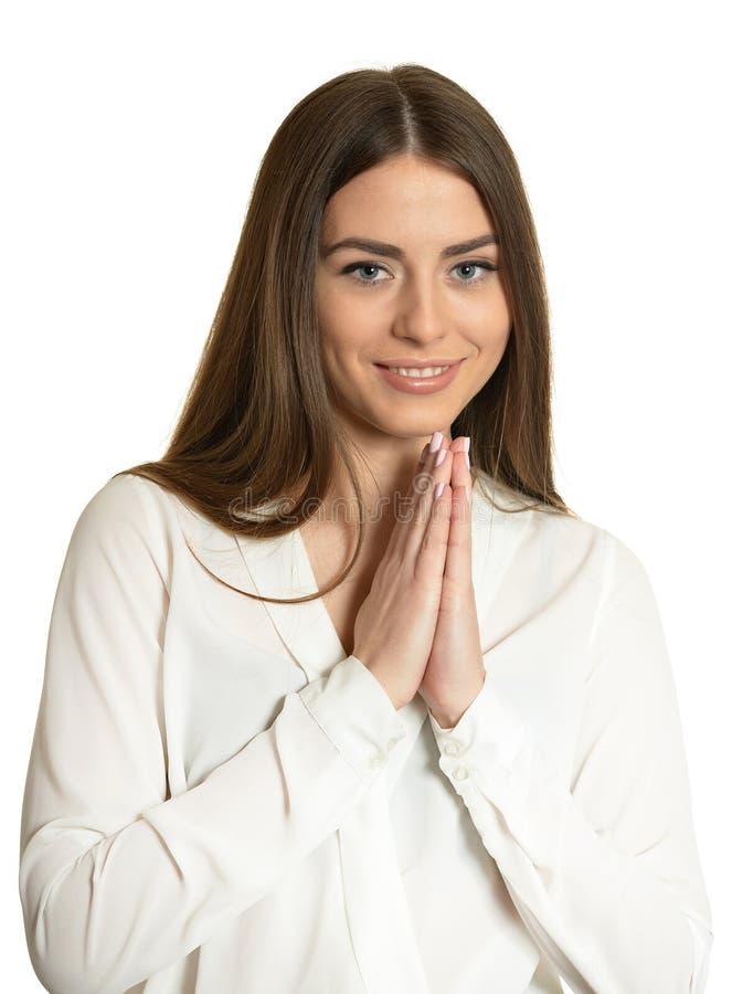 Feche o retrato de uma linda mulher em blusa branca sobre fundo branco fotografia de stock