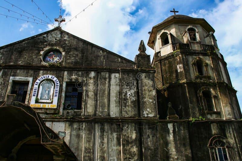 Fecho da fachada da Igreja Paróquia de Nossa Senhora de Candelaria em Silang, Província de Cavite, Ilha de Luzon, Filipinas imagens de stock royalty free
