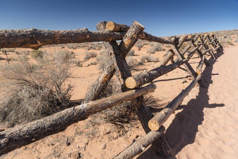 Fechten auf der Annäherung an Kehre-Seite Arizona lizenzfreie stockfotos
