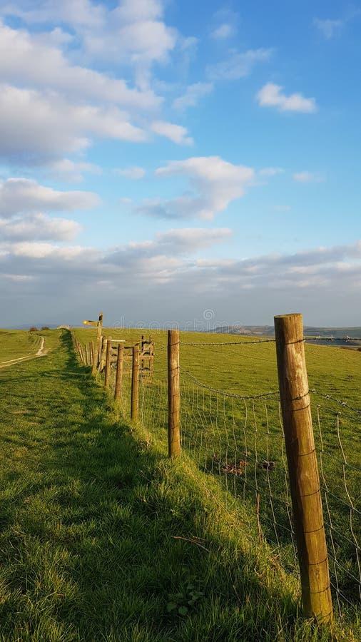 Fechten entlang dem Sussex Southdowns in Süd-England lizenzfreies stockbild