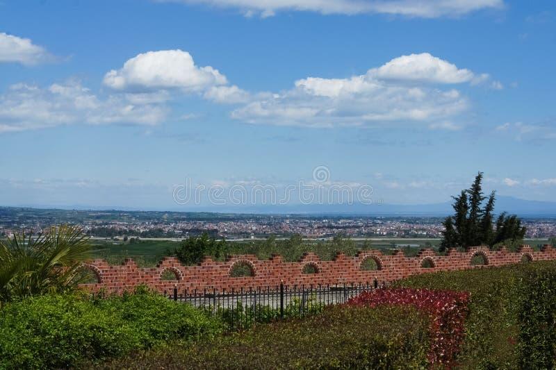 Fechten mit kleinem Garten im sonnigen Tag mit blauem Himmel stockfoto