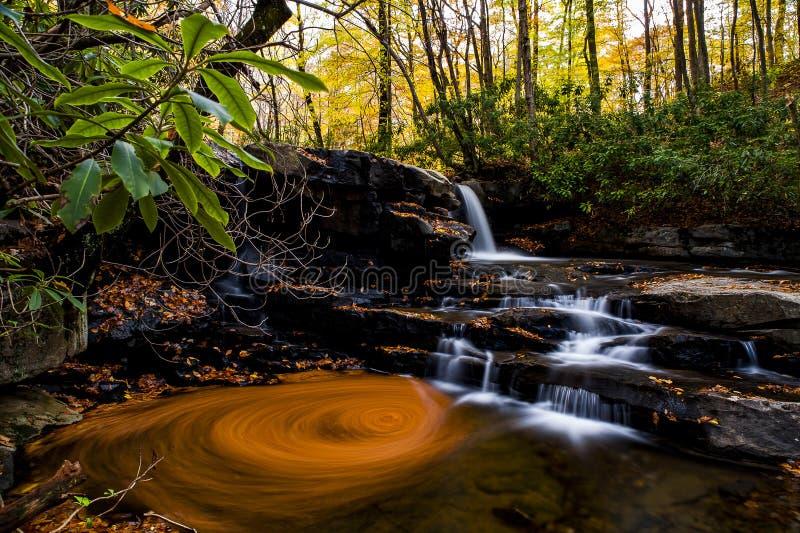 Fechter奔跑秋天-瀑布&秋天颜色- Ohiopyle国家公园,纽约 免版税库存照片