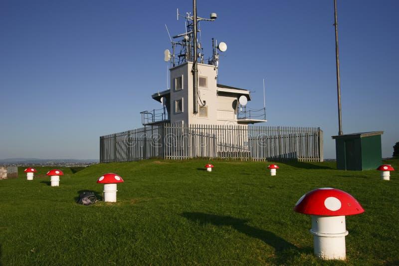 Fechtujący się z sygnału domu z wysokim antena masztem dla wysyłać nawigację na górze Wiktoria, Devonport, Auckland, Nowa Zelandi zdjęcia stock