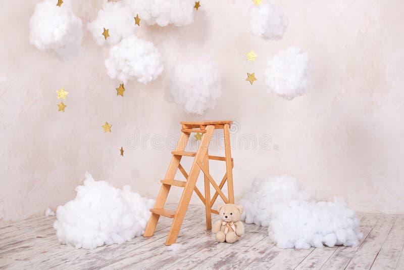Feci in legno per le scale con nuvole nella sala bambini Posizione dei bambini per le foto stile scandinavo Rustic Room inte fotografia stock libera da diritti