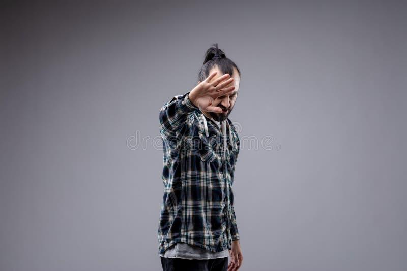 FED encima del hombre que soporta su mano en un gesto de la parada fotografía de archivo libre de regalías