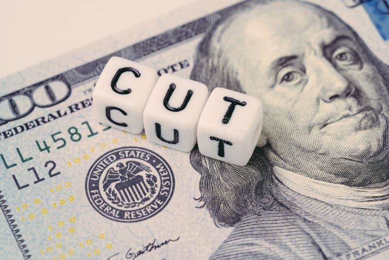 FED, Federal Reserve mit Zinssenkungskonzept, kleiner Würfelblock mit dem Alphabet, welches das Wort SCHNITT nahe bei Federal Res lizenzfreie stockfotos