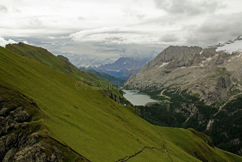 Fedaia lake och Marmolada glaciär royaltyfri bild