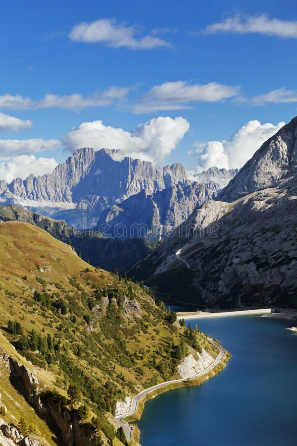 Fedaia sjö i Dolomites royaltyfri bild