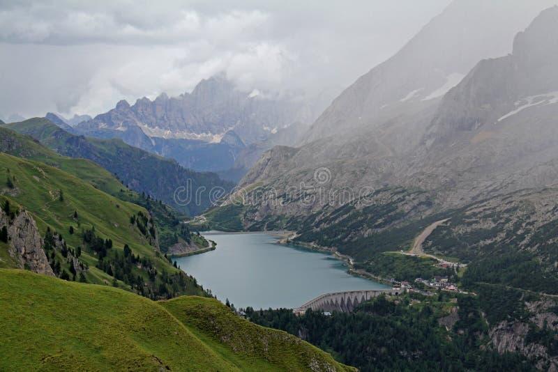 Fedaia sjö och Marmolada arkivbild