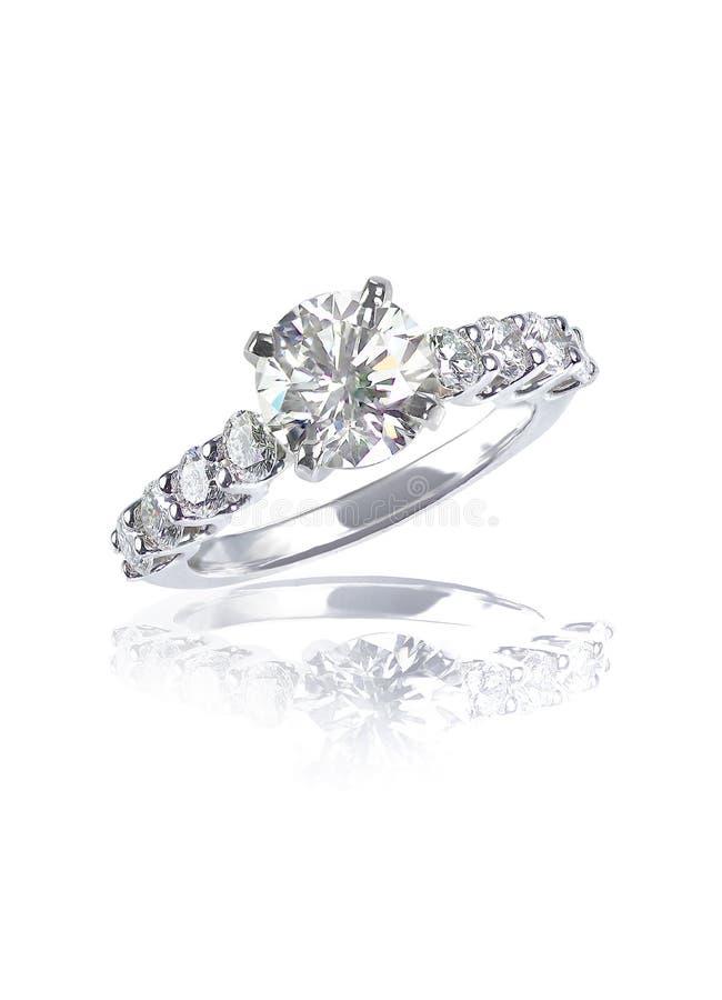 Fede nuziale moderna di impegno del diamante del grande taglio brillante immagine stock