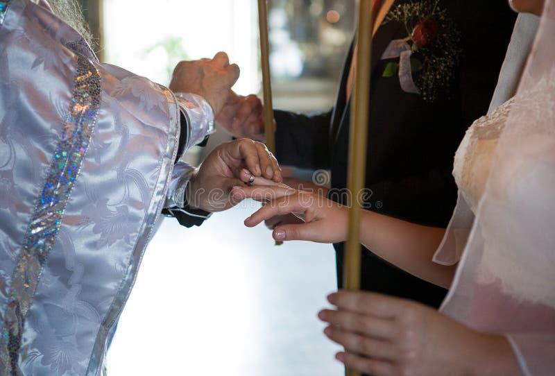 Fede nuziale sul dito del ` s della sposa fotografia stock libera da diritti