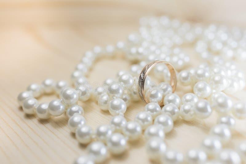 Fede nuziale sulle perle della perla fotografia stock