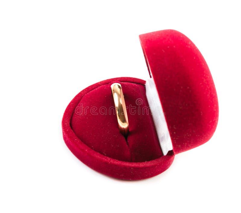 Fede nuziale in una scatola rossa immagini stock