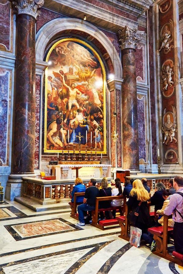 Fedele preghi prima della tomba della st John Paul II alla basilica di St Peter nel Vaticano, Roma, Italia immagini stock