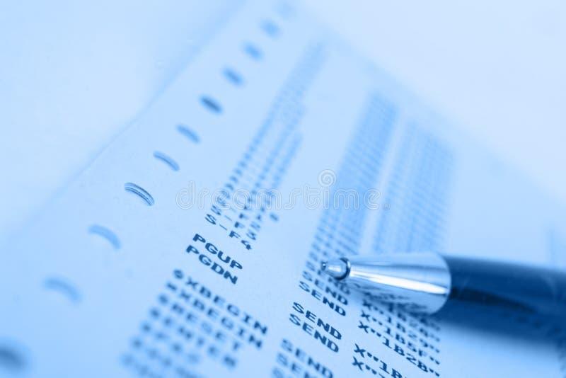 Feder auf Blautestblatt des Großrechnerpapiers w stockfotos
