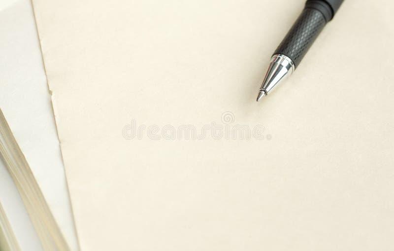 Feder auf einem Papier. stockfoto