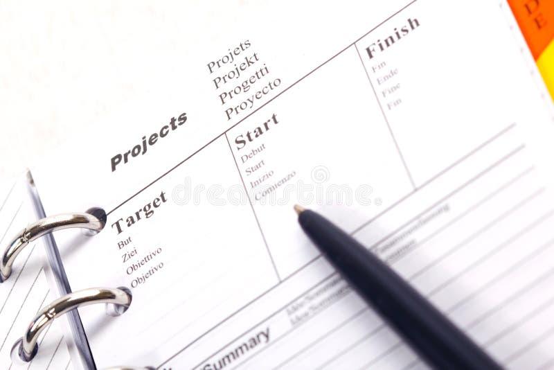Feder auf einem Projektnotizbuch. lizenzfreie stockbilder
