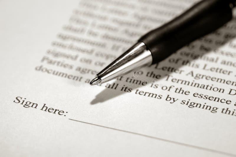 Feder auf einem Vertrag betriebsbereit gekennzeichnet zu werden stockfotos