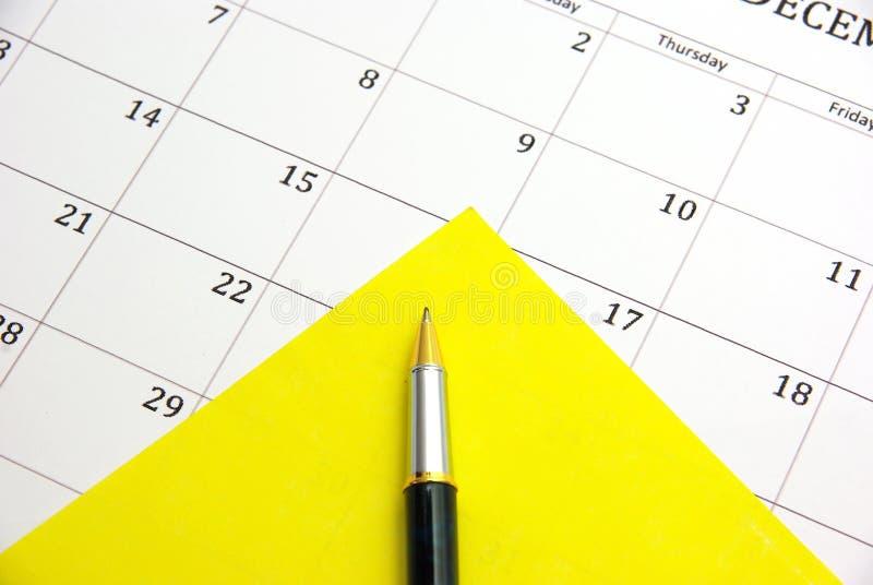 Feder auf Kalender lizenzfreie stockfotografie