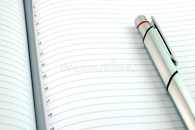 Feder auf unbelegtem gezeichnetem Papier stockbild