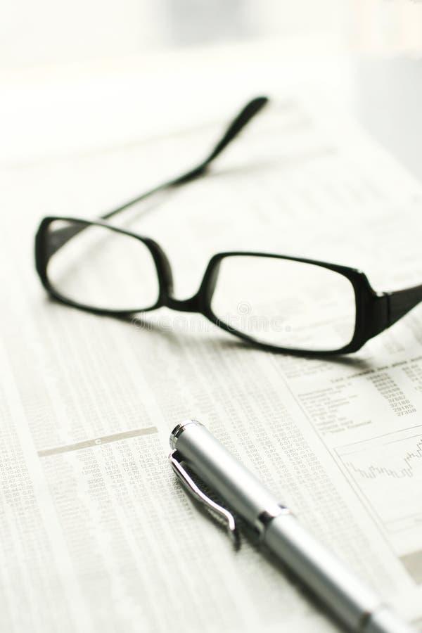 Feder und Gläser stockfoto