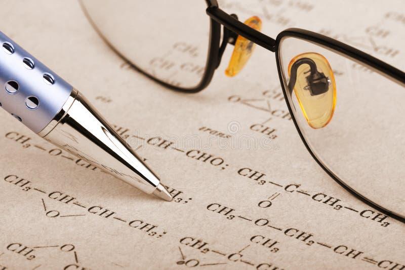 Feder und Gläser lizenzfreie stockfotografie