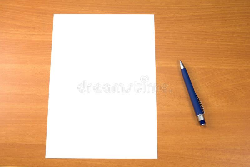 Feder und Papier lizenzfreies stockbild
