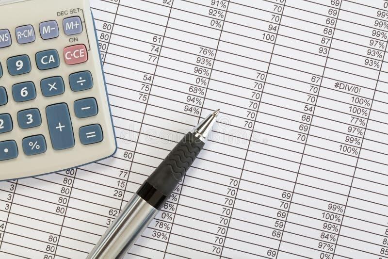 Feder und Rechner mit Kalkulationstabelle lizenzfreies stockfoto